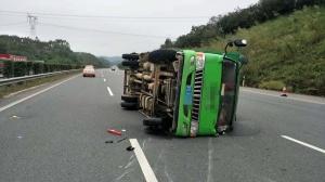 蘭海高速一貨車突然爆胎 車身失控側翻高速路(圖)
