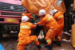 靖西两泥头车坡路弯道相撞 一驾驶员不幸遇难(图)
