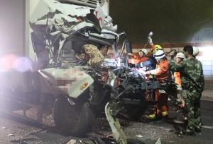 小货车追尾前车车头被压扁 车内被困2人获救(图)