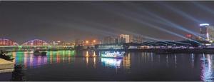 南宁桃源大桥―凌铁大桥段灯光秀调试 流光溢彩