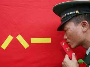 高清:武警北海支队退伍士官卸衔 洒泪告别军营