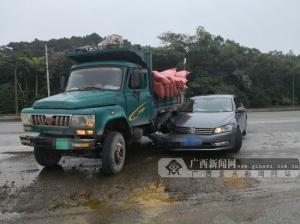 钦州一辆拖拉机违规转弯碰撞小轿车(图)