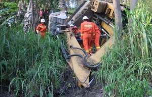 宜州一挖掘機修路不慎翻下路坡 被困駕駛員獲救