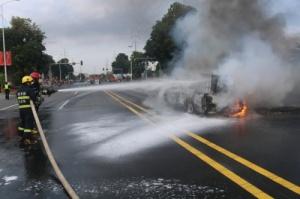 突发:贺州南环路一皮卡车突然自燃 所幸无人伤亡