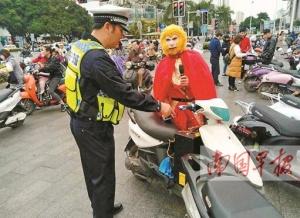 """非法改装电动车还单手骑车 """"孙大圣""""被交警降伏"""