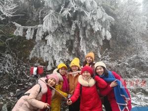 资源迎来今年冬天第一场雪 雾凇美景吸引游客观赏