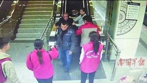 暖心!南宁地铁一老人滚下扶梯,热心市民急施援手