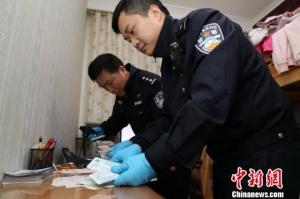 武汉铁路警方捣毁一制假窝点 查获假火车票25000余张