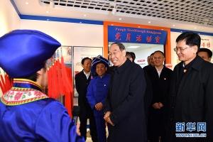尤权率中央代表团三分团在贵港看望慰问各族各界干部群众