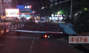 大風吹倒廣告牌 防城港一電動車主被砸傷