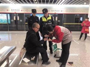 多名乘客在南宁地铁遇到困难 地铁民警及时伸援手