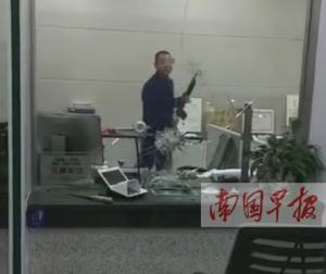 河池一男子拿石头打砸银行柜台窗口 被警方带走