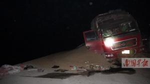 钦州:货车遭剐蹭失控侧翻 30余吨麸皮倾撒路面
