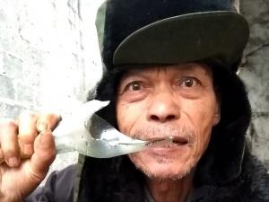 12月16日焦點圖:上林七旬老人啃酒瓶如同吃炒黃豆