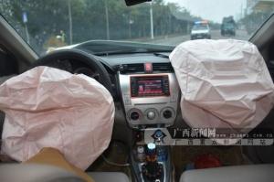 欽州兩輛小車發生碰撞 小轎車內彈出安全氣囊(圖)
