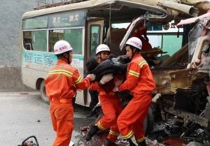 高清图:凌云一泥头车和中巴车相撞 事故致2死4伤