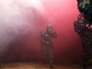 """烟雾中留下矫健身影 武警特战队员穿越""""染毒地带"""""""