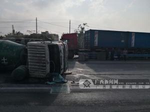 钦州:大货车与水泥搅拌车碰撞 水泥搅拌车侧翻