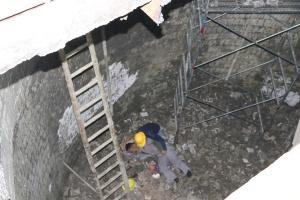 男子施工不慎掉落6米深坑 消防员用绳索担架救援