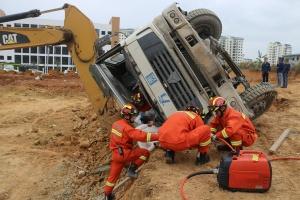 工地路面泥土崩塌搅拌车失重侧翻 驾驶员被困(图)