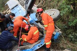 高清:河池东兰一辆装载木头的货车侧翻一人被困