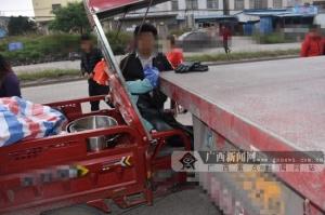 钦州一辆三轮车碰撞大货车 三轮车手受伤被送医