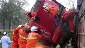 南宁:两货车车头迎面相撞 致一人死亡(组图)