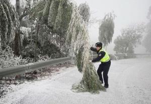 广西电网80条线路覆冰 维持雨雪冰冻灾害黄色预警