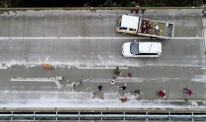 高清:三柳高速因冰雪管制路段恢�屯ㄜ�
