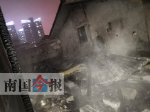 一居民楼起大火 小区五个门没一个能进消防车(图)