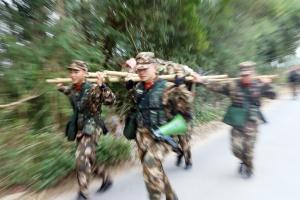 高清组图:直击武警官兵冬季野营拉练现场