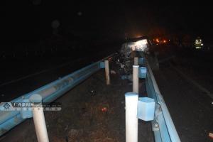 高清:越野车凌晨在六钦高速逆行被护栏直穿而入