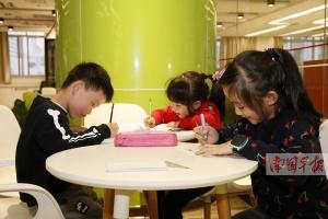 考前作业量大增 小学家长频频吐槽陪写作业苦