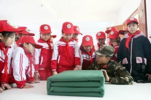 """钦州百余名学生走进军营 """"零距离""""体验部队生活"""