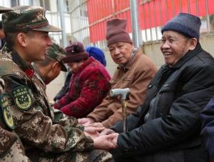 武警官兵春节前走进福利院为老人送温暖(图)