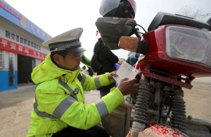 融安交警严查超限超载车辆 确保春运道路畅通安全