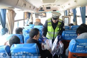 """玉林交警为客运站送去交通安全""""大礼包"""""""