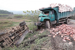 来宾一两农用车凌晨相撞 化肥砖头洒落一地(图)