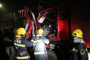 兰海高速一农用车追尾挂车 事故造成一人死亡(图)