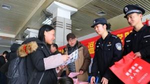 春运首日 南宁铁路公安守护回家路
