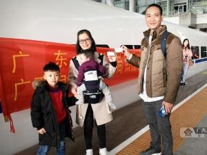 """600名在粤务工贫困人员免费乘""""爱心专列""""返回广西"""