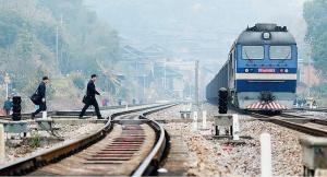 """铁道版""""小猪佩奇"""":戴着""""猪拱嘴"""" """"推""""着火车行"""