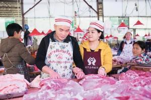 27日焦点图:漂亮姐妹花、准夫妻档卖猪肉的故事