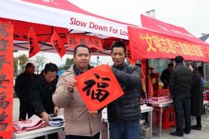 钟山县:春运志愿服务温暖回家道路