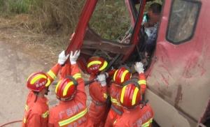 满载甘蔗货车与空载货车相撞 消防破拆车辆救援