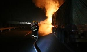 汕昆高速金城江往宜州方向一货车行驶中突然起火