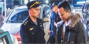 南宁市交通执法部门夜查克隆出租车 保障出行安全