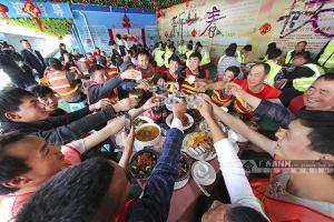 南宁地铁5号线值守人员欢聚一堂 共享年夜饭(图)