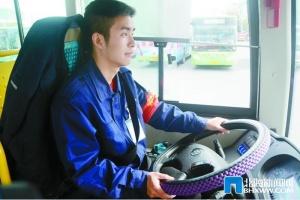 北海:公交驾驶员黄浩然春节坚守岗位保市民出行