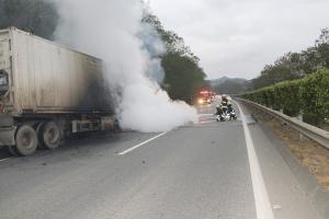 高清组图:一辆满载龙眼的挂车驶往南宁途中着火